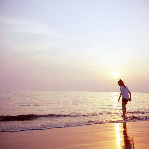 qq唯美大图 在海边的女生意境图片
