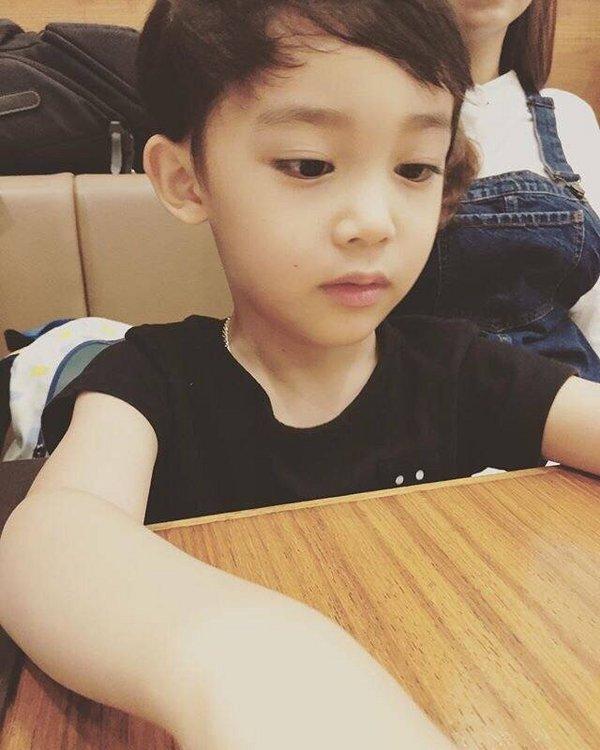 qq可爱大图 活泼可爱的小男孩图片