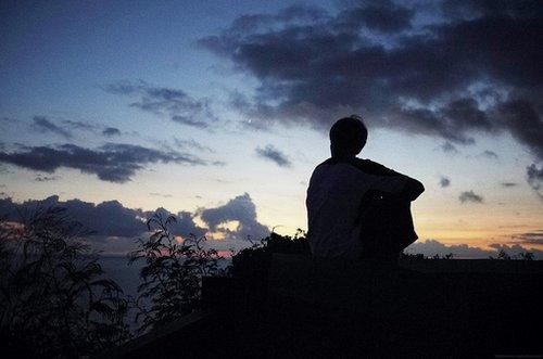 请在仰望天空时再离开